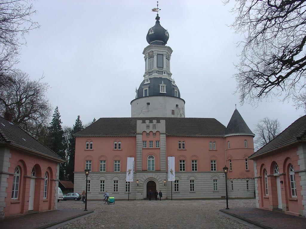 1920px-SchlossJeverHoffassade